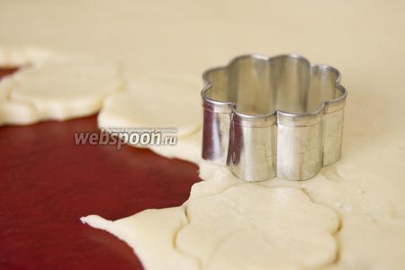 Раскатайте тесто в пласт, толщиной примерно 5 мм. Выдавите фигурками печенье.