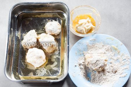 Обжаренные кусочки свинины покрываем слоем пюре, яйцом, обваливаем в ржаной муке и помещаем на смазанный маслом (и соком от жареной свинины) противень. Духовку разогреваем до 220°С.