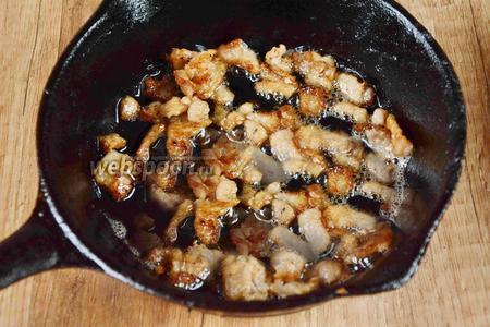 Пока шкурки запекаются, 50 г бекона порезать средними кубиками и обжарить его на сковороде, дав вытопиться большей части жира.