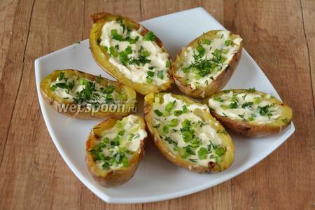 Зелёный лук (3 пера) и 3 веточки укропа измельчить, посыпать готовое блюдо зеленью и подавать к столу. Приятного аппетита!