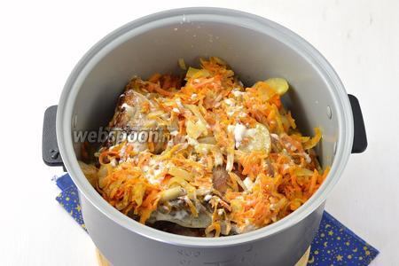 Выложить овощи поверх мяса. Залить сметаной, разбавленной водой. Приправить солью и перцем. Можно добавить свои любимые пряности, но не перестараться.
