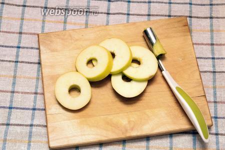 Второе яблоко помыть, удалить сердцевину и нарезать кружками.