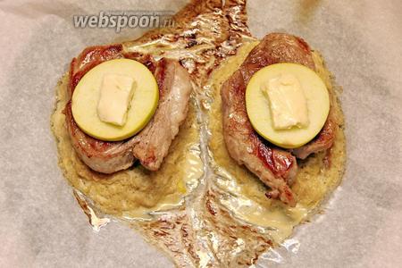 На оладьи выкладываем мясо, яблоко и кусочек сливочного масла (20 г).