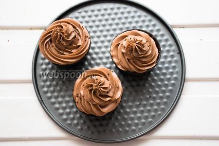 Украшаем шоколадно-сырным кремом. Наш десерт готов, приятного аппетита!