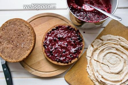 Внимание! Собирать торт лучше непосредственно перед подачей, так как безе может размокнуть! На нижний корж бисквита наносим ягодную прослойку, сверху кладём вырезанное по форме бисквита безе и на него наносим еще немного ягодного конфи.
