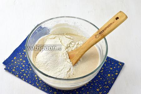 Для теста соедините 500 мл тёплой воды (35-37°С), дрожжи (100 г), 50 г сахара и 4-5 столовых ложек муки. Оставьте на 5 минут. Добавьте 1 ст. л. соли, подсолнечное масло (100 мл) и остальную муку (около 1 кг).