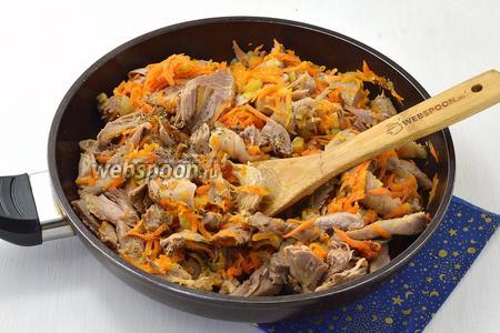 Добавьте кусочки готовой индейки, приправьте по вкусу солью и перцем, протушите ещё 2-3 минуты для того, чтобы все вкусы подружились.