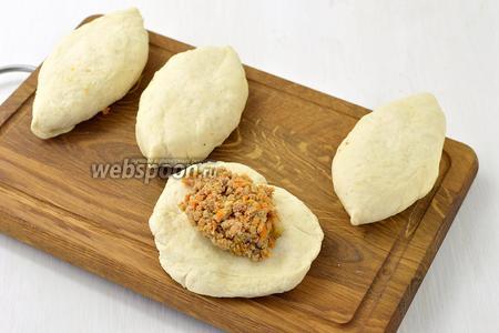 Разделите тесто на одинаковые кусочки (я отделял на 1 пирожок тесто массой 75 г — получились крупные пирожки), выложите на середину достаточное количество начинки и сформируйте пирожки.