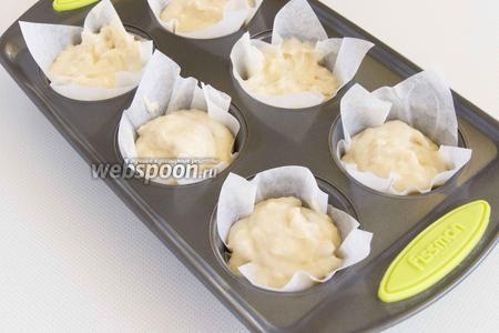 Выложите тесто в подготовленные формочки.