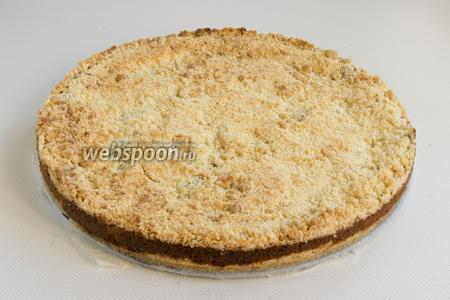 Готовый пирог нужно охладить, чтобы его можно было нарезать аккуратными кусочками.