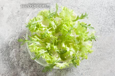 Рвём салаты (30 г зелёного салата и 10 г рукколы) на кусочки, которые реально подцепить на вилку. У пекинской капусты, особенно зимней, используем только тонкую часть листьев (130 г), а не белые толстые прожилки. У кудрявого салата, за исключением летних месяцев, белой части листа тоже избегаем — в ней максимальная концентрация нитратов. Выкладываем салаты поверх заправки.