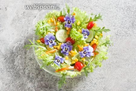 Выкладываем овощи и цветы поверх салатных листьев. Наверное, всех интересует вопрос, сколько цветы не вянут? Уверяю вас, руккола вянет значительно быстрее! А вот свежесорванные цветы не сильно потеряют в виде и через пару часов. Ну, это так, к сведению.