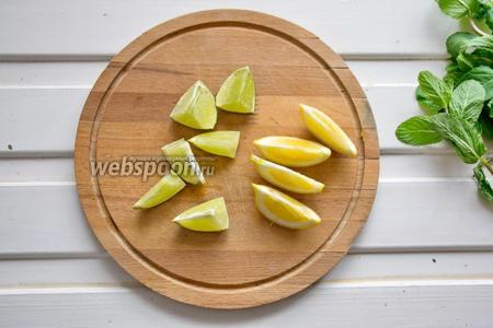 Лайм (0,5 шт.) и лимон (0,5 шт.) нарезать на дольки. Поставить на огонь 1 литр воды с сахаром (5 ст. л.), прокипятить несколько минут.