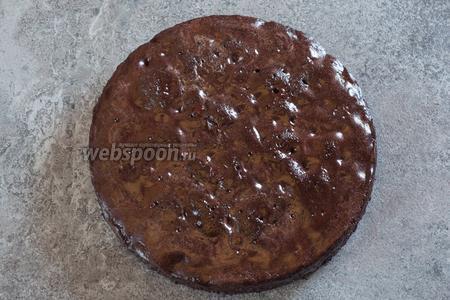 Шоколадно-вишнёвый пирог можно считать готовым, когда он остынет. Однако лучше дать ему постоять подольше, чтобы он лучше пропитался.