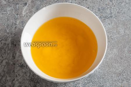Масло (250 г) растапливаем (в микроволновке 3-4 минуты).