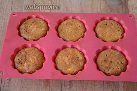 Ставим кексы в разогретую до 180°С духовку на 20-25 минут. Готовность проверяем с помощью деревянной шпажки. Приятного аппетита!