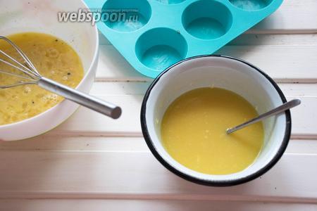 На водяной бане растапливаем сливочное масло (125 г) и шоколад (140 г). Добавляем к яично-ванильной массе, перемешиваем венчиком.