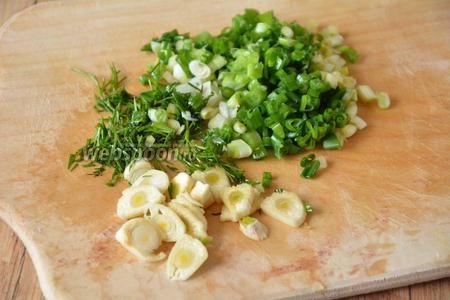 4 веточки петрушки и зелёный лук (4 пера) измельчить. Чеснок (3 зубчика) порезать тонкими кольцами.