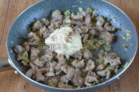 Спустя время, добавляем в сковороду сметану (4 ст. л.), солим и перчим по своему вкусу. Перемешиваем, накрываем сковороду крышкой и тушим на слабом огне около 20 минут.