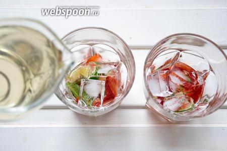 Налить сахарный сироп (160 мл). Положить лёд (кубиков 5-10 на все стаканы). Нескольких кубиков будет достаточно. Лёд можно измельчить в процессоре.