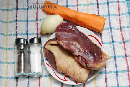 Для приготовления нам понадобится: утиная грудка (можно заменить кусочками утки), морковь, лук, перец, соль.