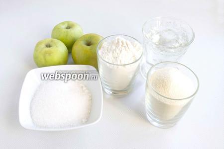 Подготовьте необходимые продукты для пирога: муку, манную крупу, сахар, яблоки, воду.