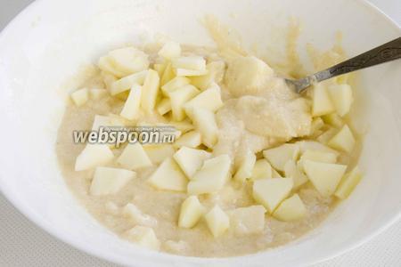 Добавьте ломтики 3 яблок, предварительно очистив фрукты от кожуры и сердцевинки. Перемешайте.