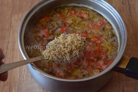 Когда картофель будет мягкий на вкус, добавляем вермишель и варим суп ещё 5 минут.