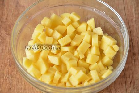 3 картофелины порезать мелкими кубиками.