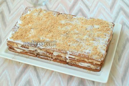 Банановый слой накрыть третьим слоем печенья, смазать кремом и посыпать оставшимся печеньем, измельчённым в крошку. Остатками крема смазать бока торта и также обсыпать их крошкой. Верх торта оформить по своему вкусу. Через 1 час торт уже можно подавать, но чем дольше он постоит, тем будет нежнее и его можно будет кушать ложкой. Приятного аппетита!