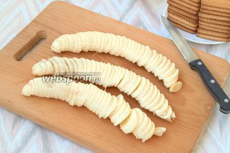 Нарезать кружочками 3 очищенных банана.