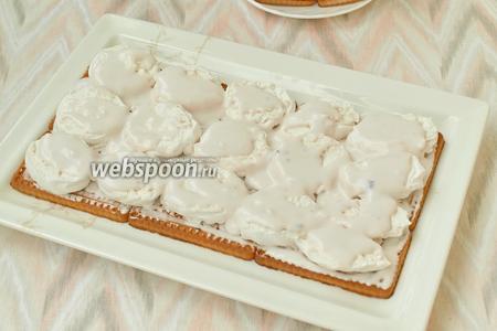 Вынуть из холодильника крем, смазать слой печенья, затем выложить нарезанный зефир и на него также нанести слой крема.