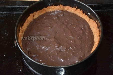 Спустя время, выливаем шоколадную начинку на корж и отправляем в духовку на 15-20 минут.