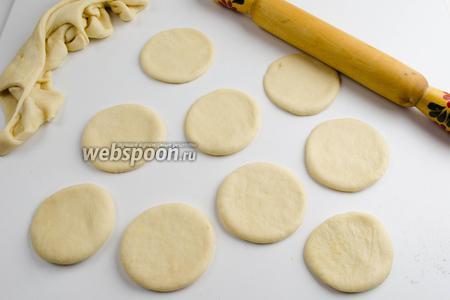 Вторую часть теста раскатать скалкой в пласт, толщиной 3 см. С помощью чашки (диаметр 7,5 см), по всей поверхности теста, выдавить круги. Остатки теста убрать под полотенце.