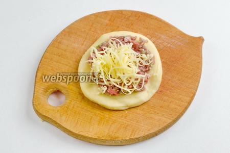 Сверху посыпать небольшим количеством сыра.