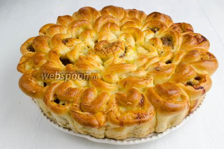 Пирог вынуть из формы. Выложить на блюдо. Подать к обеду.