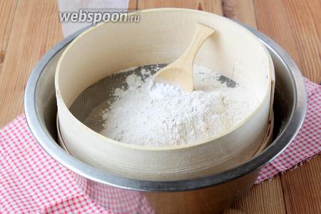 Просеять по 1 стакану ржаной и пшеничной муки, бросить 0,5 ч. л. соды, 0,5 ч. л. соли.