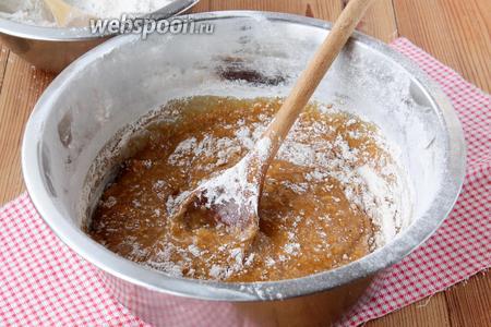 К сладкой массе частями подсыпать пшенично-ржаную муку и замесить пластичное, однородное и липкое тесто.