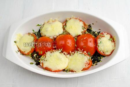 Форму с готовыми помидорами вынуть. Подать к обеду горячим.