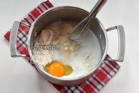 Соединить 125 мл молока, 1 яйцо, 2 ст. л. муки и 150 г сахара. Слегка взбить.