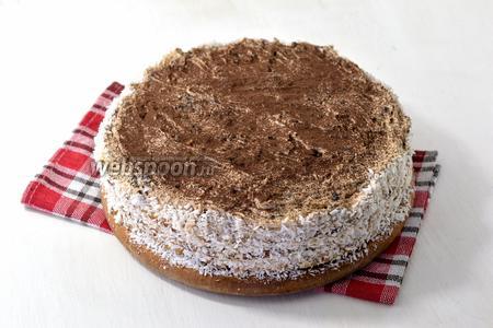 Посыпать торт сверху какао, а бока оформить кокосовой стружкой. Песочный торт с черносливом готов.