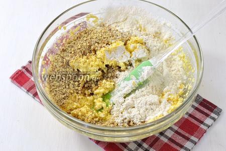 Вмешать 1 стакан измельчённых орехов, просеянную с разрыхлителем (1 ст. л.) муку (2 стакана).