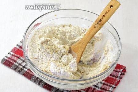 Вмешать просеянную муку (2 стакана)  и разрыхлитель (0,5 чайной ложки).