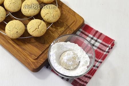 Немного охладить печенье на решётке и пока оно ещё тёплое щедро обкатать со всех сторон в сахарной пудре.