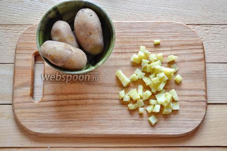 Отварить картофель (4 штуки) в мундире. Остудить и нарезать маленьким кубиком.