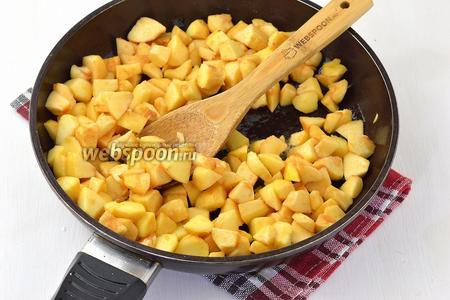 Выложить яблоки на сковороду со сливочным маслом (2 ст. л.). Жарить, акуратно помешивая, 3-4 минуты.