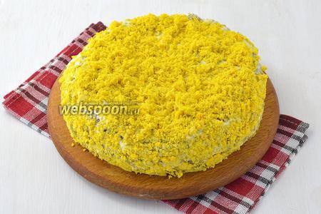 Сверху украсить измельчёнными желтками (5 штук). Печёночный торт в мультиварке готов.