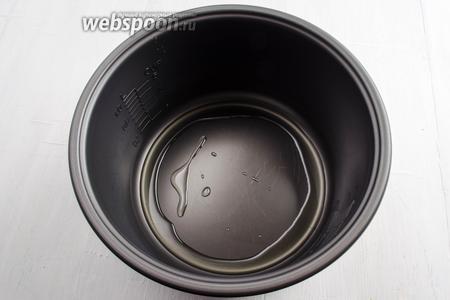 На дно чаши мультиварки (у меня мультиварка Panasonic) налить 1 ст.л. подсолнечного масла.