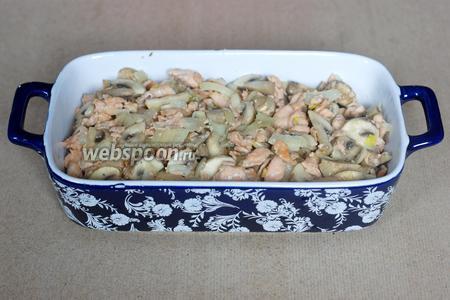 Обжаренные рыбу, грибы и лук перекладываем в форму для запекания.