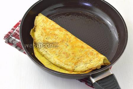 Если вы выложили начинку, то сложите овсяноблин пополам. Дальше следует закрыть сковороду крышкой и оставить на 2-3 минуты.